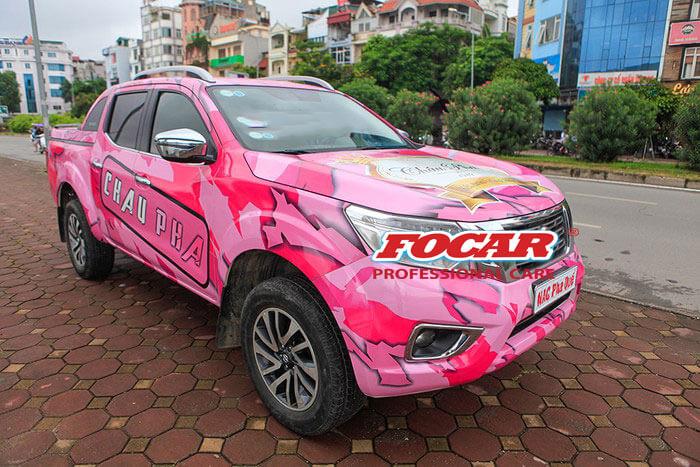 Chiếc xe bán tải màu hồng Navara của đội Pha Quế rất ấn tượng