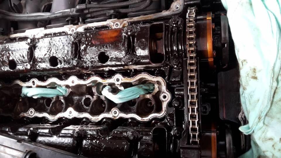Dung dịch tẩy rửa khoang máy ô tô hiệu quả nhất